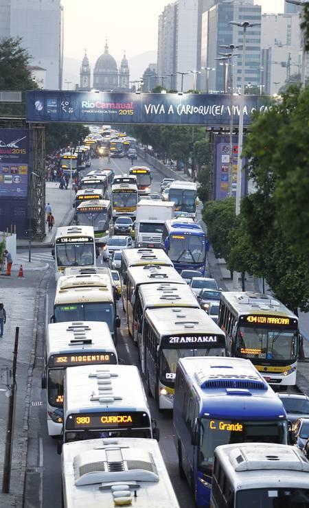 As filas de ônibus na Avenida Presidente Vargas Foto: Thiago Lontra / Agência O Globo
