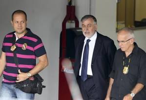 Paulo Roberto Costa deixa a Polícia Federal em Curitba Foto: STRINGER/BRAZIL / REUTERS