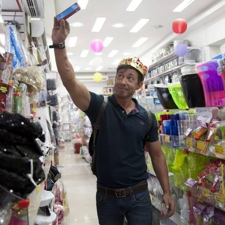 """""""Rei do Saara"""" encontra inspiração para o carnaval no mercado popular Foto: Adriana Lorete / Agência O Globo"""