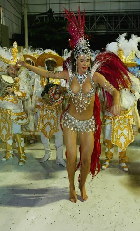 Luma de Oliveira desfila pela Viradouro em 2003 Foto: Berg Silva / Agência O Globo/08-03-2003