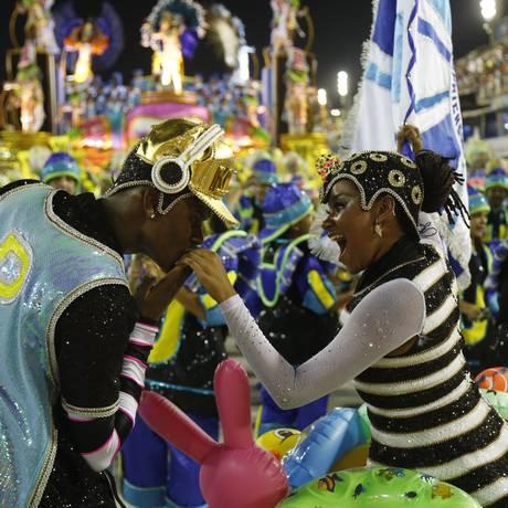 O casal de mestre-sala e porta-bandeira da Caprichosos de Pilares esbanja simpatia e entrosamento Foto: Felipe Hanower / Agência O Globo