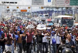 Centenas de trabalhadores da Alumini, que operava no Comperj, no momento em que pararam a Ponte Rio-Niterói em protesto contra a falta de pagamentos Foto: Pablo Jacob