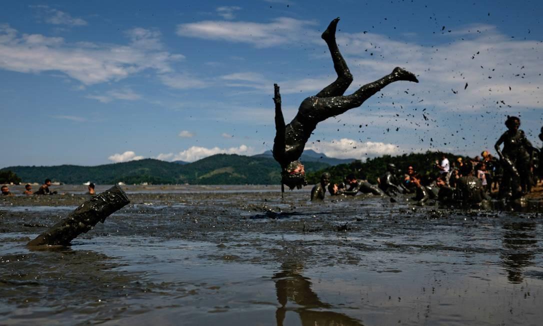 """Em Paraty, o tradicional """"Bloco da Lama"""" faz sua folia num dos mangues da região YASUYOSHI CHIBA / AFP"""