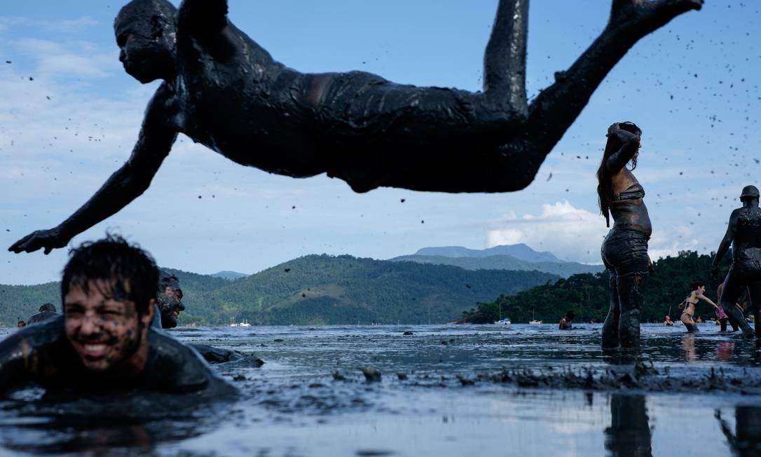 O grupo foi criado em 1986, por dois adolescentes que resolveram brincar o Carnaval na lama YASUYOSHI CHIBA / AFP