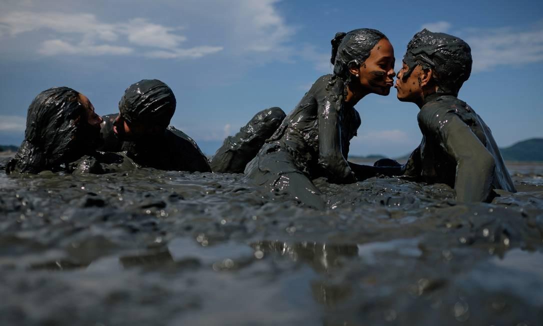 Clima de romance em meio à lama Foto: YASUYOSHI CHIBA / AFP