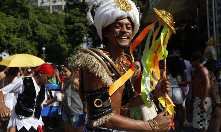 Cordão do Boitatá anima a manhã de domingo na Praça XV Foto: Ana Branco / Agência O Globo
