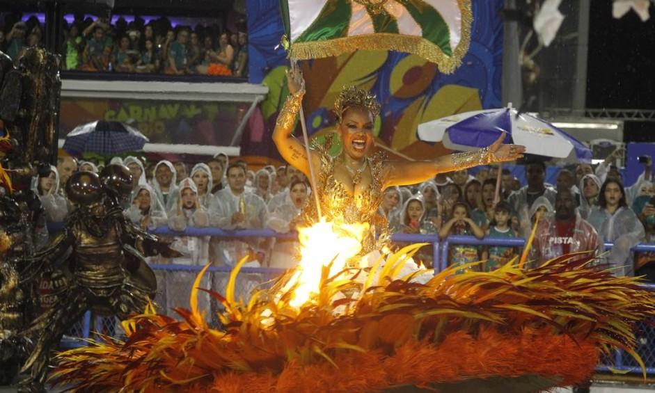 Porta-bandeira parece pegar fogo na Avenida num dos efeitos da escola, comandada pelo carnavalesco Paulo Barros Foto: Marcelo Carnaval / Agência O Globo