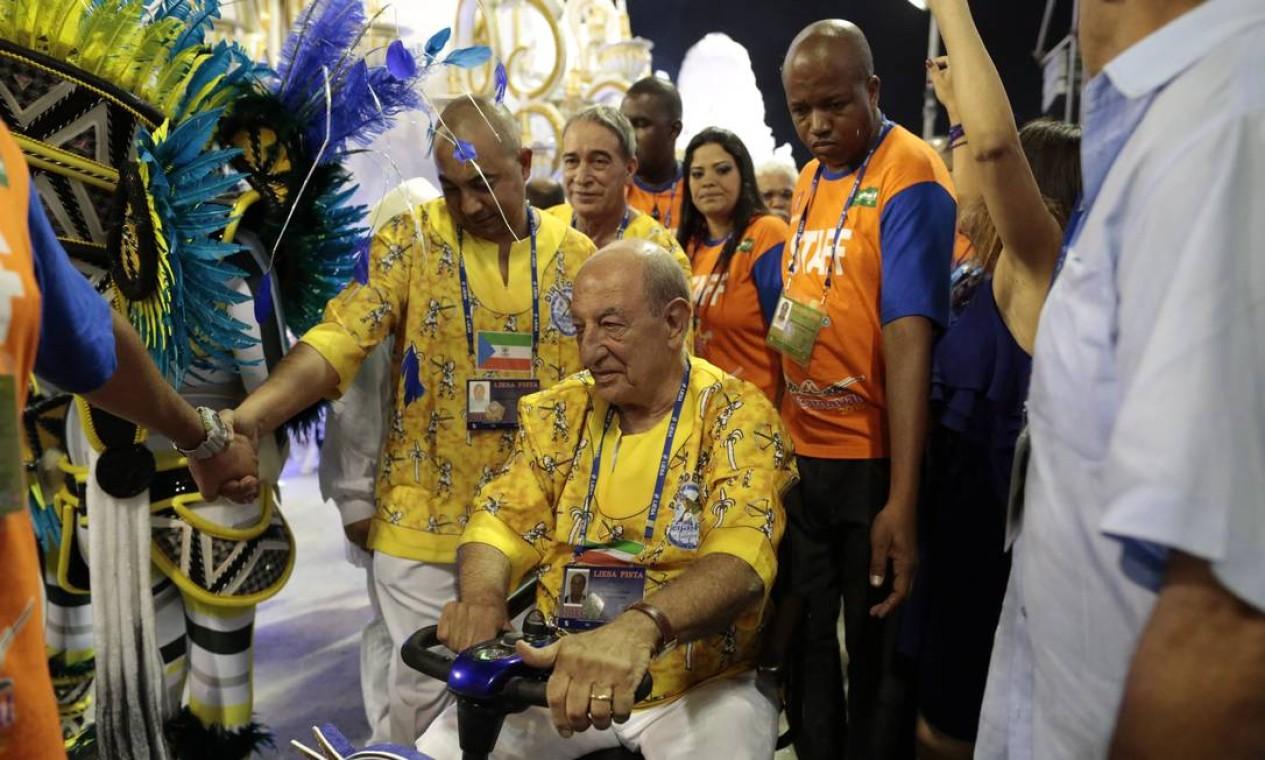 O presidente de honra da Beija-Flor, Anísio Abrahão David, circulou pela área da concentração por volta das 23h desta segunda-feira Foto: Pedro Kirilos / Agência O Globo