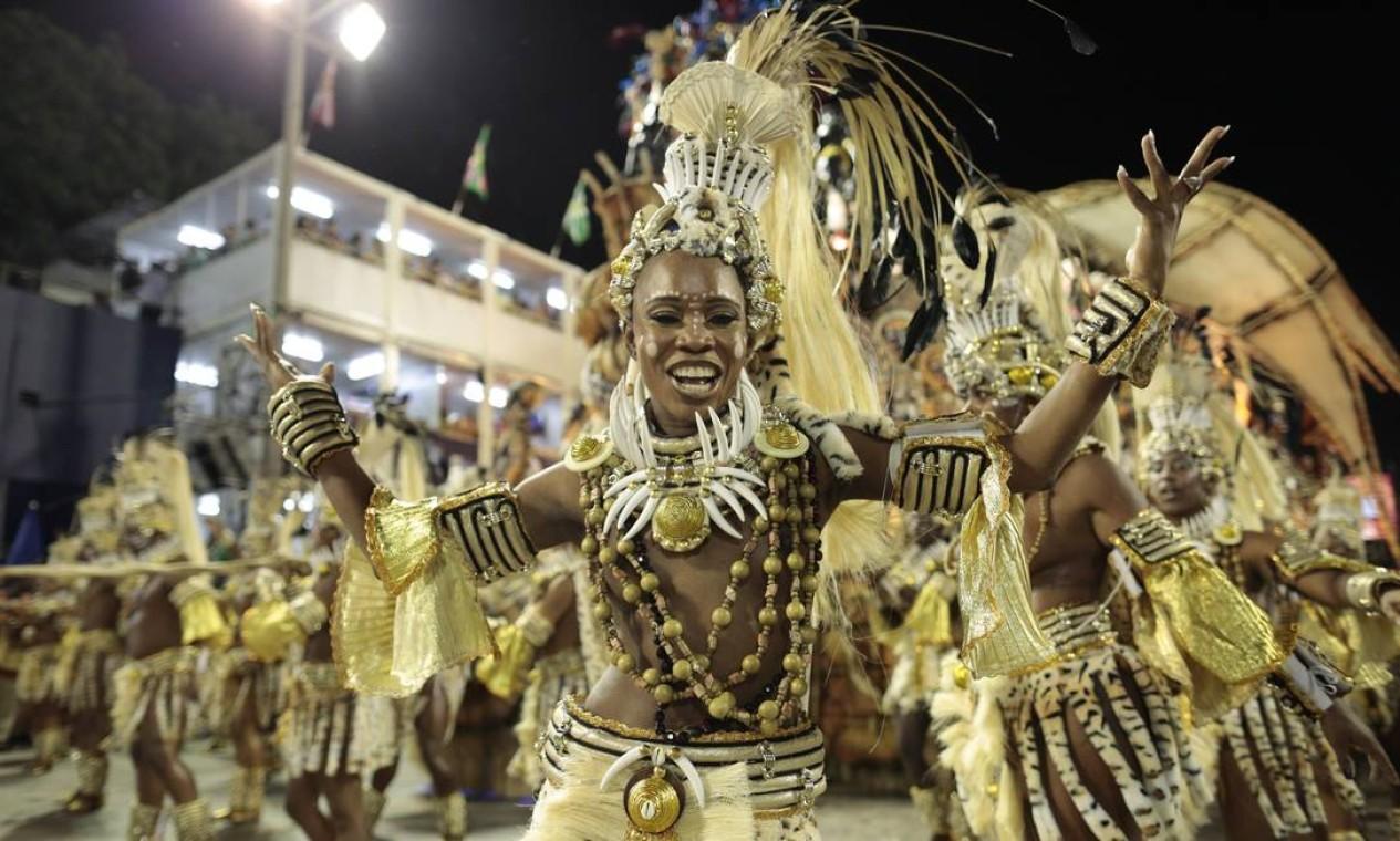 Componente de ala canta com empolgação o samba da Beija-Flor Foto: Marcia Foletto / Agência O Globo