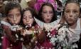 Foliões mirins se divertem num dos muitos grupos que espalharam a folia pelas ruas Foto: Fernanda Dias