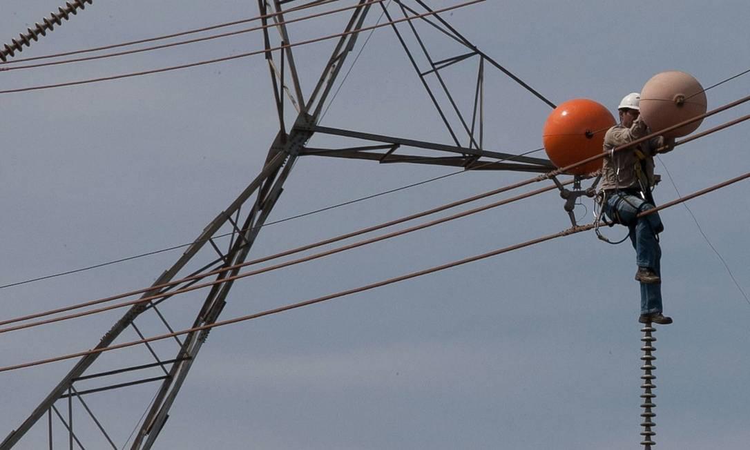 Demora. Funcionário faz manutenção da rede de alta tensão em Araraquara, em São Paulo. Se o linhão do Madeira estivesse em operação, traria 6,3 mil MW ao Sudeste Foto: MARIO ÂNGELO / Mario Angelo/AE
