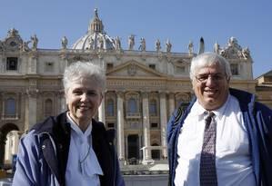 Irmã Jeannine Gramick e Francis DeBernardo da New Ways Ministry, que prega para católicos homossexuais e divulga os direitos dos gays na igreja Foto: GIAMPIERO SPOSITO / REUTERS