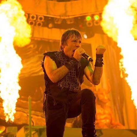 Bruce Dickinson em ação pelo Iron Maiden Foto: JOHN McMURTRIE / Divulgação