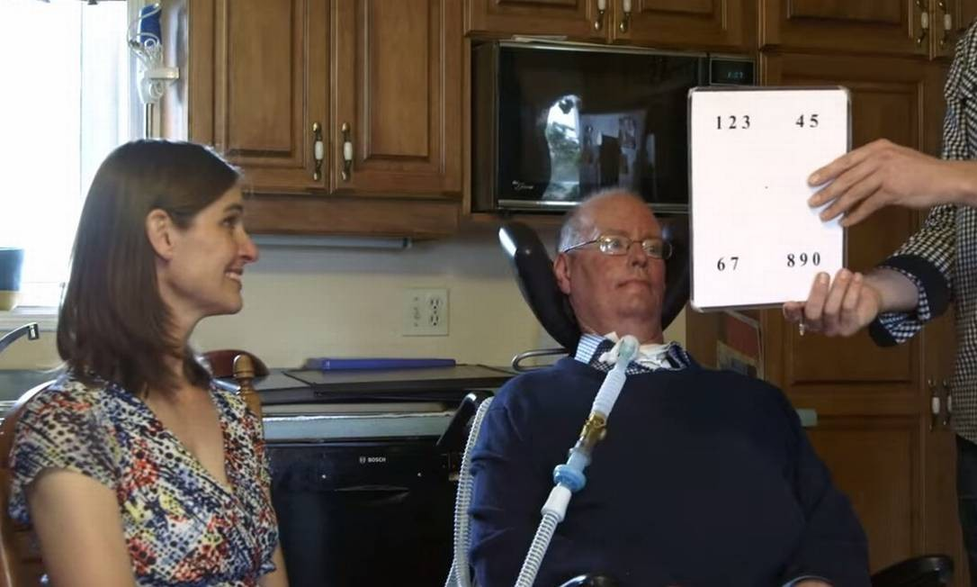Don e Lorraine aprendendo a usar a nova versão do quadro de letras Foto: / Reprodução do vídeo