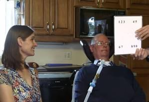 Don e Lorraine aprendendo a usar a nova versão do quadro de letras Foto: Reprodução do vídeo