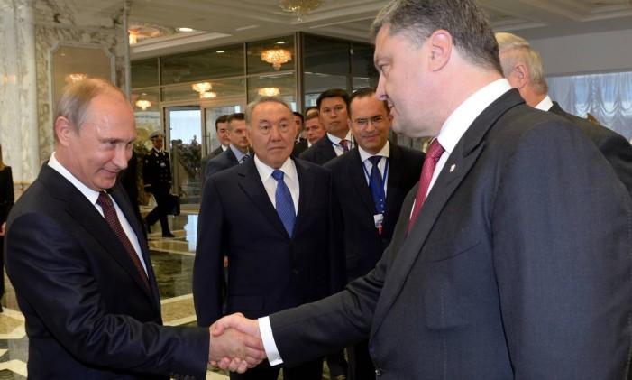 Putin e Poroshenko se cumprimentam em Minsk, em setembro: meses de negociações interrompidas por diversos motivos tentaram consolidar um cessar-fogo entre Kiev e rebeldes, apoiados pelo russo Foto: SERGEI BONDARENKO / AFP