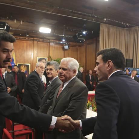 Nicolás Maduro (esquerda) e Henrique Capriles durante encontro promovido pela Unsaul no ano passado. Órgão anunciou que enviará comissão à Venezuela e convocara reuniao extraordinária sobre a situação do país Foto: REUTERS