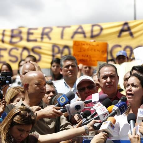 Voz da oposição. Deputada María Corina Machado fala a repórteres durante protesto por libertação do prefeito de Caracas, Antonio Ledezma Foto: Carlos Garcia Rawlins/REUTERS