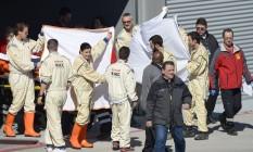 Equipe médica cobre a maca de Alonso enquanto o levam para o helicóptero que o levou para o hospital após a batida em Barcelona Foto: Manu Fernandez / AP