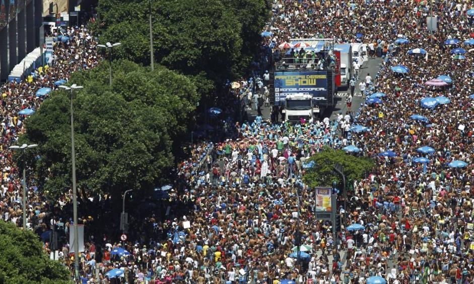 Monobloco arrastou uma multidão para a Avenida Presidente Vargas Foto: Gabriel de Paiva / Agência O Globo