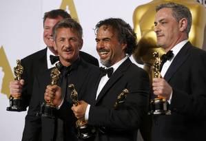 Sean Penn e Alejandro González Iñárritu entre os produtores de 'Birdman' no Oscar Foto: LUCY NICHOLSON / REUTERS