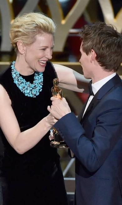Cate Blanchett, vencedora do Oscar do ano passado por 'Blue Jasmine' entrega a estatueta a Redmayne Foto: KEVIN WINTER / AFP