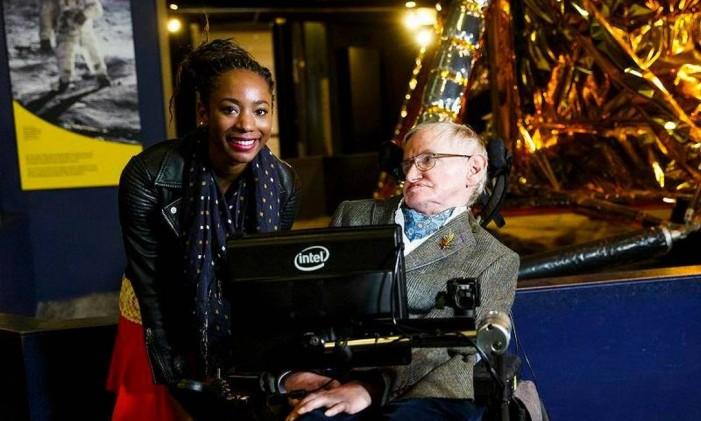 Stephen Hawking se encontra com americana Adaeze Uyanwah para dar a ela um tour pelo Museu da Ciência de Londres Foto: Reprodução do Facebook