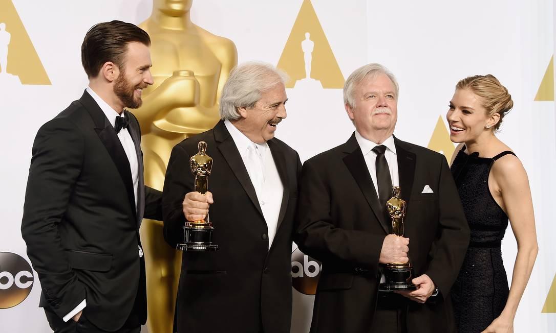 O ator Chris Evans (esq.) com Sienna Miller e os vencedores do Oscar de melhor edição de som Bub Asman e Alan Robert Murray por 'Sniper americano' Foto: Jason Merritt / AFP