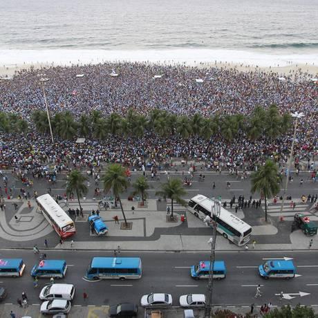 Na Praia de Copacabana, torcedores assistem à final da Copa do Mundo entre Alemanha e Argentina em 13/07/2014 Foto: Márcio Alves / O Globo