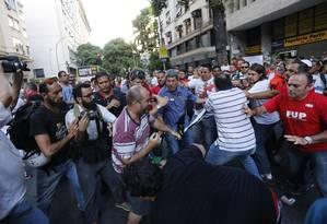 Confusão entre petistas e grupo a favor do impeachment de Dilma marca o início do ato em defesa da Petrobras Foto: Domingos Peixoto / Agência O Globo