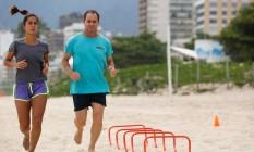 Carol Barcellos e Clayton Conservani fazem um circuito de treinamento funcional nas areias de Ipanema Foto: Felipe Hanower