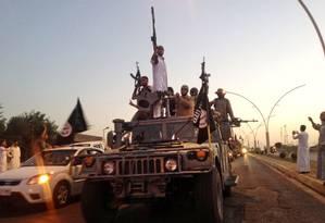 Membros do Estado Islâmico em Mossul, no Iraque: biblioteca pública da cidade foi destruída pela ação do grupo radical Foto: AP/23-6-2014