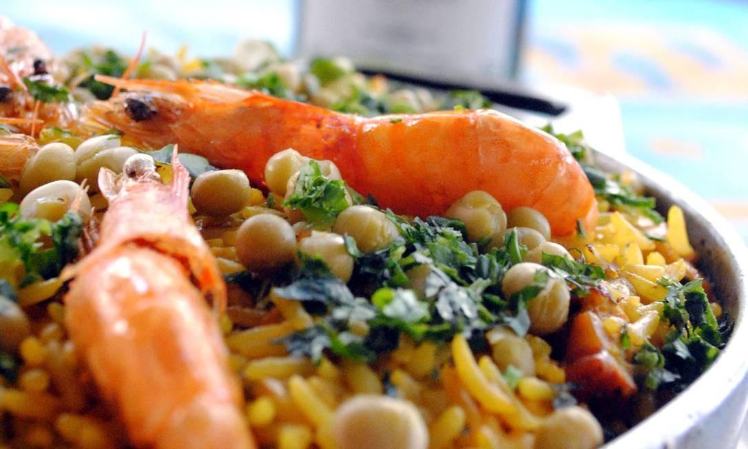 Umas & Ostras. Paella com lula, peixe, polvo, camarão, mexilhão e arroz ao açafrão (R$ 195) Foto: Arthur Guedes Dias / Divulgação