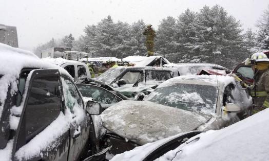 No Maine, policiais observam carros envolvidos em acidente provocado pela nevasca que atinge a região Foto: Stephen McCausland / AP