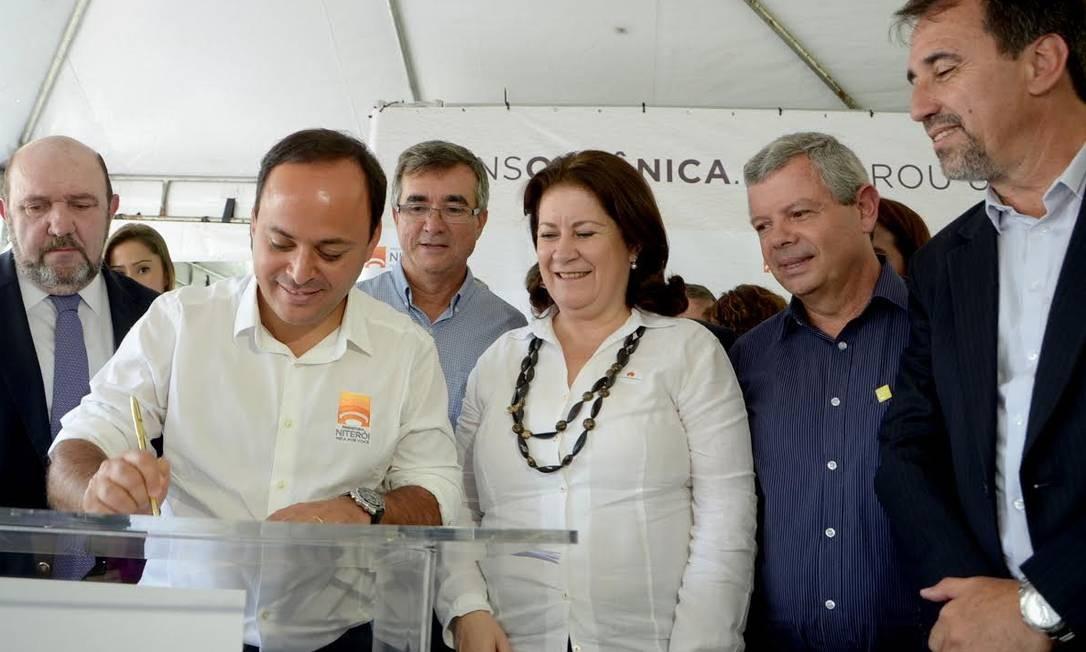 Rodrigo Neves e Ricardo Pessoa (primeiro à esquerda, de terno) em uma solenidade em Niterói Foto: Divulgação/Prefeitura de Niterói