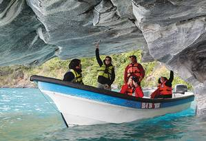 Em pequenos botes, turistas percorrem as grutas da Catedral de Mármore, no Lago General Carrera, na Patagônia chilena Foto: Paulo Moreira / Agência O Globo