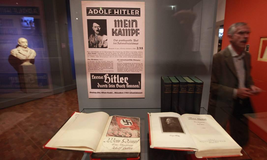 """Cópia de """"Mein Kampf"""" exposta no Museu Histórico Alemão, em Berlim, em 2010. Em meio a uma forte polêmica motivada pelo retorno do antissemtismo europeu, Alemanha irá reeditar livro a partir de 2016 Foto: FABRIZIO BENSCH / REUTERS"""