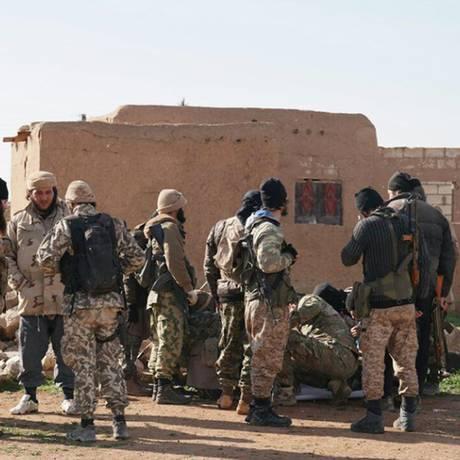 Sequestradores. Em foto postada pelo EI nas redes sociais, jihadistas aparecem num momento de descanso em batalha em Tal Tamr: eles raptaram dezenas de cristãos assírios Foto: AP