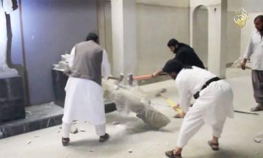 Militantes do EI destróem estátua em museu: grupo ameaça legado assírio Foto: Reprodução
