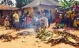 No fim da cerimônia, uma bananeira plantada pelo curandeiro Kalifa Lengo, em abril de 2014, foi cortada para simbolizar o fim da maldição do ebola