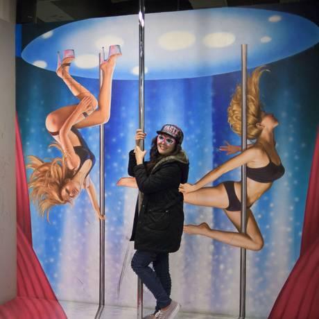 Visitantes posam com obras do Museu do Amor, em Seul: tribunal da Coreia do Sul derruba lei que proibia adultério Foto: ED JONES / AFP