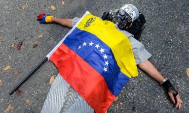 Em Caracas, manifestante venezuelana protesta contra a morte de um estudante Foto: FEDERICO PARRA / AFP/25-2-2015