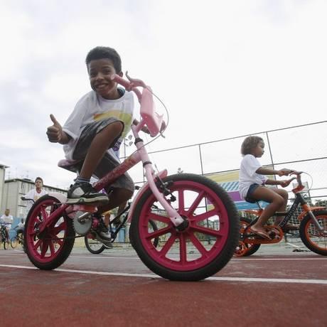 Crianças aprendem a andar de bicicleta sem rodinhas na Vila Olímpica de Acari Foto: Agência O Globo / Luiz Ackermann