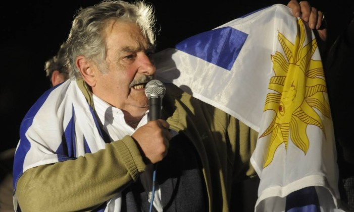 """Jose """"Pepe"""" Mujica, 74, presidential candidate of UruguayLuis Alberto Lacalle's Frente Amplio ruling party, talks to supporters after the country's general elections in Montevideo, Sunday, Oct. 25, 2009. Mujica, a blunt-talking former guerrilla seeking to maintain the left's hold on power in Uruguay, easily got the most votes Sunday, but failed to win the majority needed to avoid a runoff. (AP Photo/Matilde Campodonico) Foto: Matilde Campodonico / AP"""