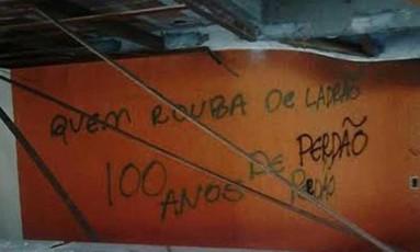 Parede pichada por vândalos no hotel que pertencia ao doleiro Alberto Youssef Foto: Divulgação / Namídia Comunicação
