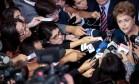 """A presidente cercada pela imprensa na quinta-feira. Nesta sexta-feira, Dilma disse que não haverá racionamento """"porque o sistema de transmissão é robusto"""" Foto: WENDERSON ARAUJO / AFP/26-02-2015"""