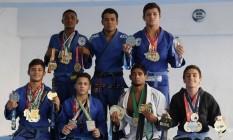 Vencedores. Alunos da academia Oriente Jiu-Jítsu exibem suas medalhas Foto: Felipe Hanower / Felipe Hanower