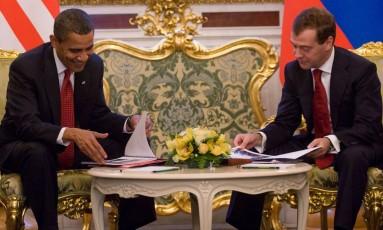 Barack Obama (esquerda) e Dmitry Medvedev no Kremlin em 2009. Presidente americano conheceu Boris Nemtsov e outros nomes da oposição durante viagem à Rússia, e disse admirar o empenho do opositor assassinado na luta contra a corrupção no país Foto: SAUL LOEB;SL/acg / AFP