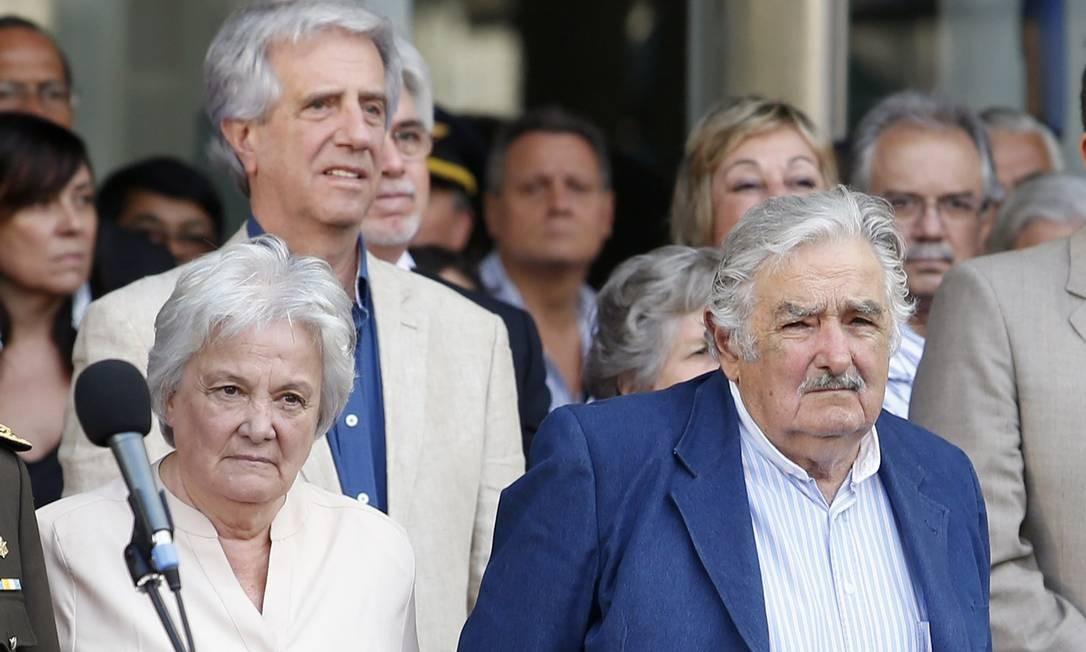 Adeus. Ao lado da mulher, Lucia Topolansky, Mujica participa de cerimônia Foto: / ANDRES STAPFF/REUTERS