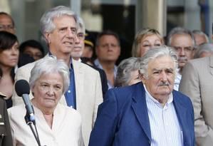 Adeus. Ao lado da mulher, Lucia Topolansky, Mujica participa de cerimônia Foto: ANDRES STAPFF/REUTERS
